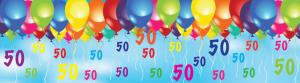 Deze banner laat opgeblazen helium ballonnen zien in een blauwe hemel met daaronder zwevende getallen 50. Leuk voor Abraham en Sarah
